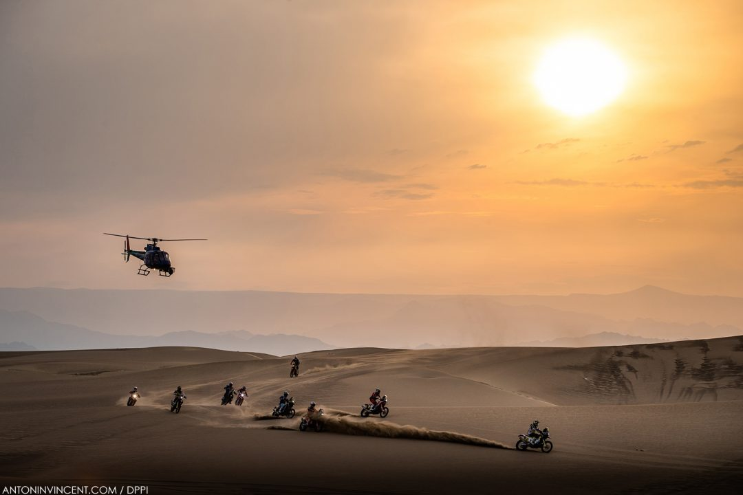 moto bikes helicoptere helicopter paysage landscape during the Dakar 2019, Stage 9, Pisco - Pisco, peru, on january 16 - Photo Antonin Vincent / DPPI